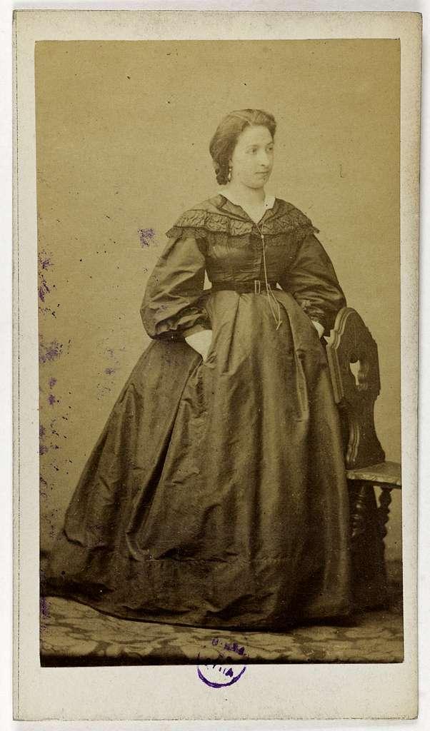 Portrait de Céline Moyse (ou Moïse), actrice au Théâtre des Délassements-Comiques en 1857, au Théâtre des Variétés de 1860 à 1863 et au Théâtre de Déjazet de 1864 à 1865.