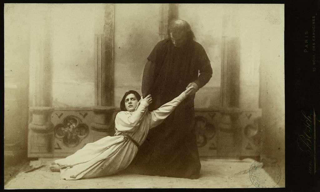 Julia Depoix et Taillade dans les rôles d'Esmeralda et de Claude Frollo