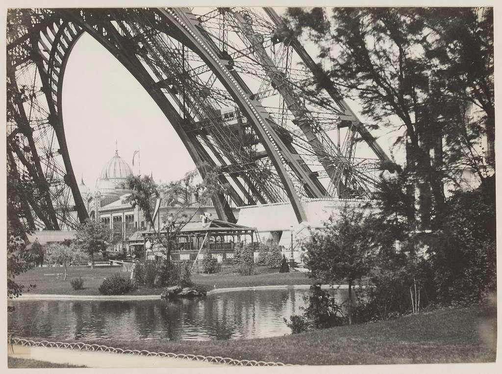 Exposition universelle de 1889 : bassin sous la tour Eiffel, pavillon de la République argentine dans le fond, 7ème arrondissement, Paris