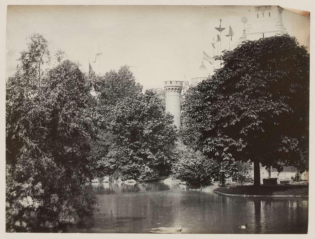 Exposition universelle de 1889 : Pièce d'eau entre le restaurant Tourte et le pavillon du Brésil.
