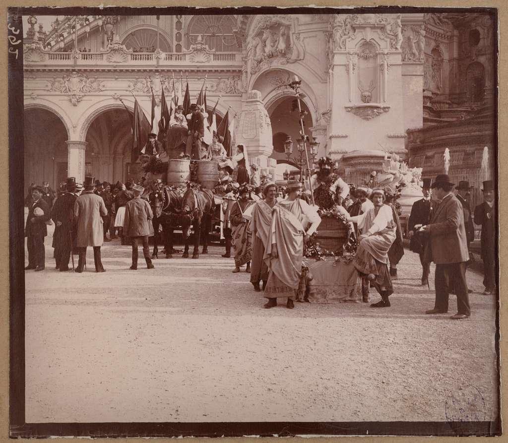 Défilé en costumes nationaux, Exposition universelle de 1900, Champs-de-Mars, 7e arrondissement, Paris.