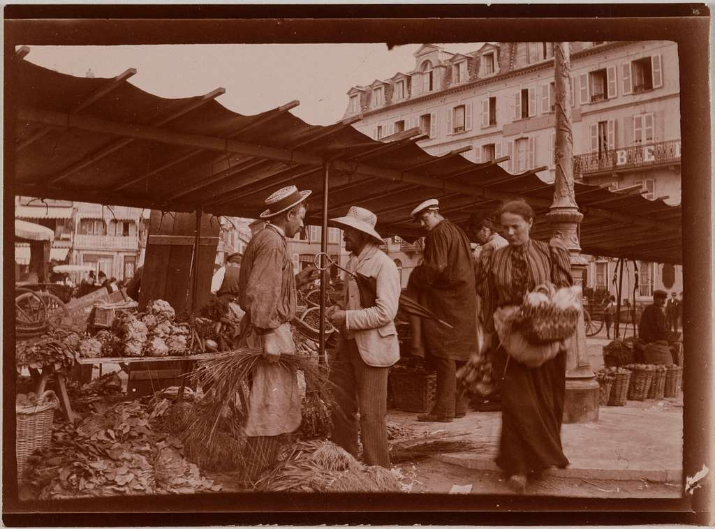 Marché découvert. Etal de légumes, Paris