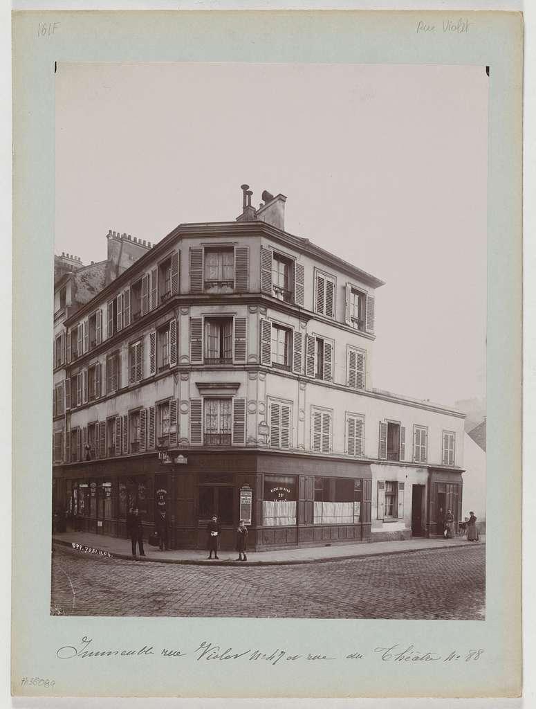 Immeuble, à l'angle du n°47 rue Violet et du n°88 rue du Théâtre, 15ème arrondissement, Paris.